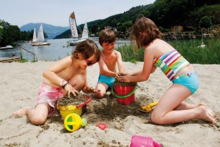Sandspielen am Strand des Schwesterhotels Sporthotel ROYAL X am Millstätter See – Urlaub in Kärnten am See