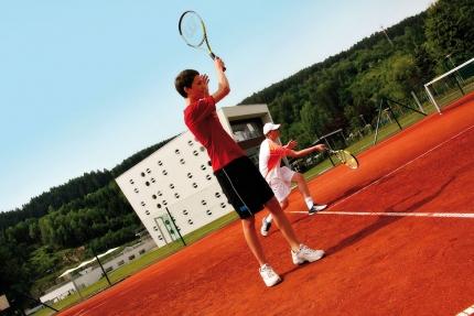 Tennis spielen am Freiplatz des Schwesterhotels Sporthotel ROYAL X am Millstätter See – Urlaub in Kärnten am See