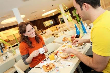 Frühstück im benachbarten Schwesterhotel Sporthotel ROYAL X – Ferienhaus am Millstätter See – Familienurlaub in Kärnten am See