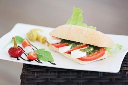 Tomaten-Mozzarella-Pesto-Ciabatta – X-Bar – Strandbar beim Schwesterhotel ROYAL X am Millstätter See –Urlaub in Kärnten am See – Ferienhäuser Leitner