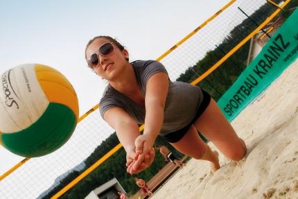 Beachvolleyball beim Schwesterhotel Sporthotel ROYAL X – Ferienhäuser Leitner – Familienurlaub in Kärnten am See – Urlaub am Millstätter See