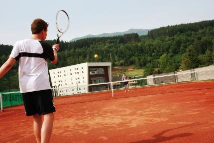 Tennisplatz am Millstätter See beim Schwesterhotel Sporthotel ROYAL X – Ferienhäuser Leitner – Familienurlaub in Kärnten