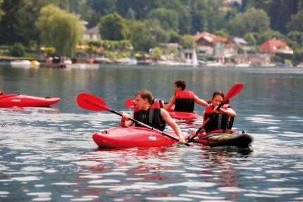 Kajak fahren beim Schwesterhotel Sporthotel ROYAL X am Millstätter See – Ferienhäuser Leitner – Urlaub in Kärnten am See