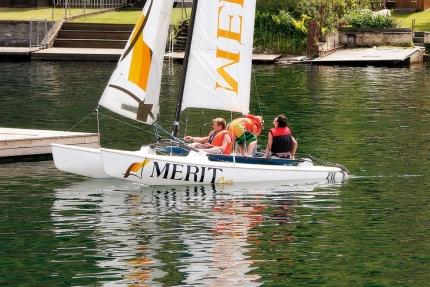 Catamaran fahren beim Schwesterhotel Sporthotel ROYAL X am Millstätter See – Ferienhäuser Leitner – Urlaub in Kärnten am See