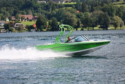 Sportmotorboot des Schwesterhotels Sporthotel ROYAL X am Millstätter See – Ferienhäuser Leitner – Urlaub in Kärnten am See – Urlaub am Millstätter See