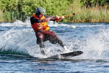 Wakeboarden am Millstätter See beim Schwesterhotel Sporthotel ROYAL X – Ferienhäuser Leitner – Urlaub in Kärnten am See – Urlaub am Millstätter See