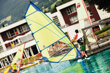 Windsurfen beim Schwesterhotel Sporthotel ROYAL X am Millstätter See – Ferienhäuser Leitner – Urlaub in Kärnten am See